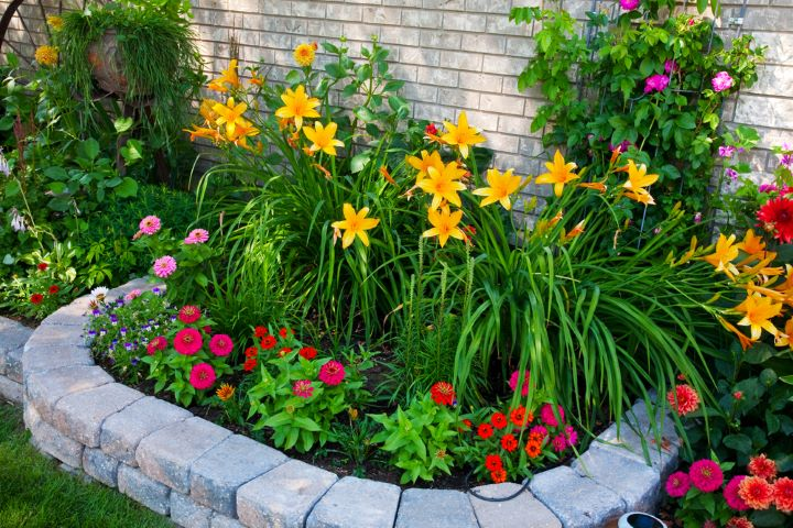 Flower bed with stone borden