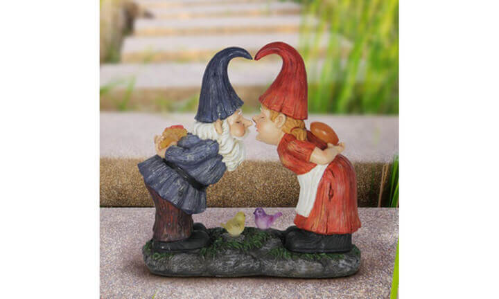 kissing gnome couple